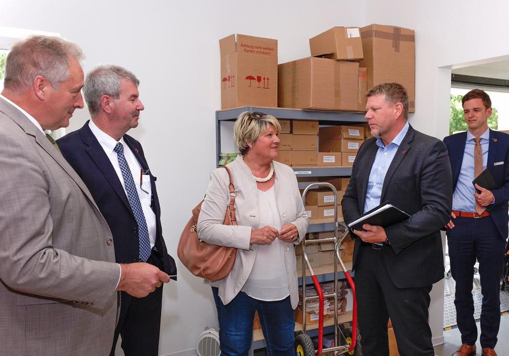 Frank Oesterhelweg (li.) und Gudrun Pieper (Mitte) zu Besuch bei Viebrockhaus in Bad Fallingbostel. Foto: privat