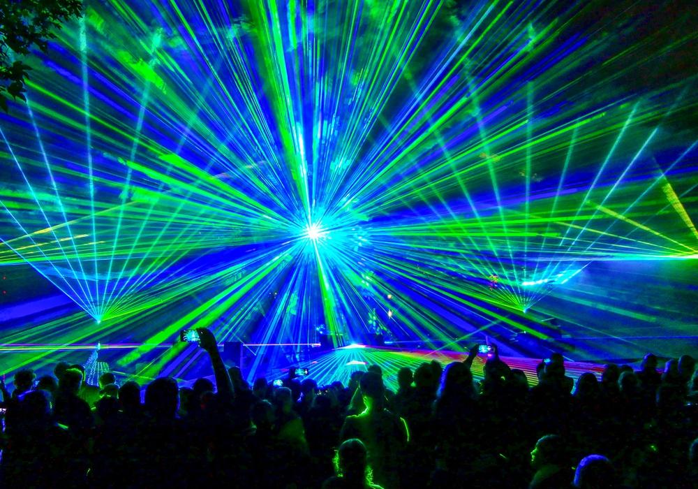 Eine gigantische Lasershow erstrahlte zum Stadtgrabenfest über dem Stadtgraben. Foto: Stadt Wolfenbüttel