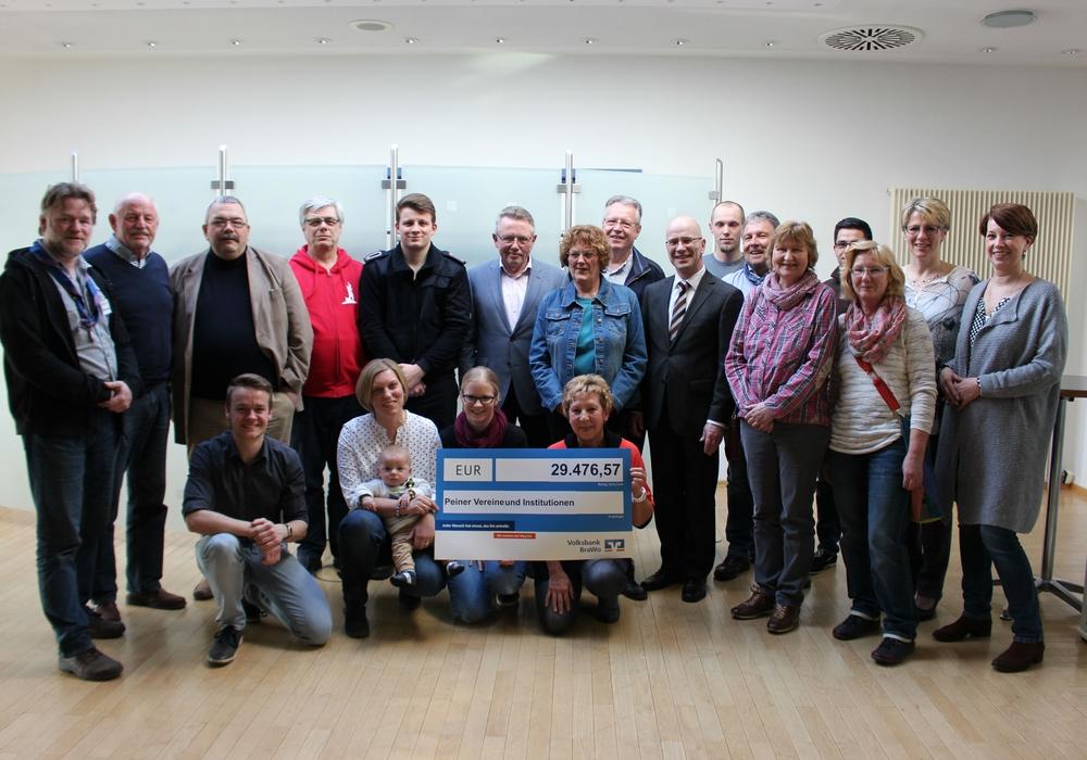 Die Vereinsvertreter freuen sich über die Unterstützung der Volksbank BraWo. Foto: Frederick Becker