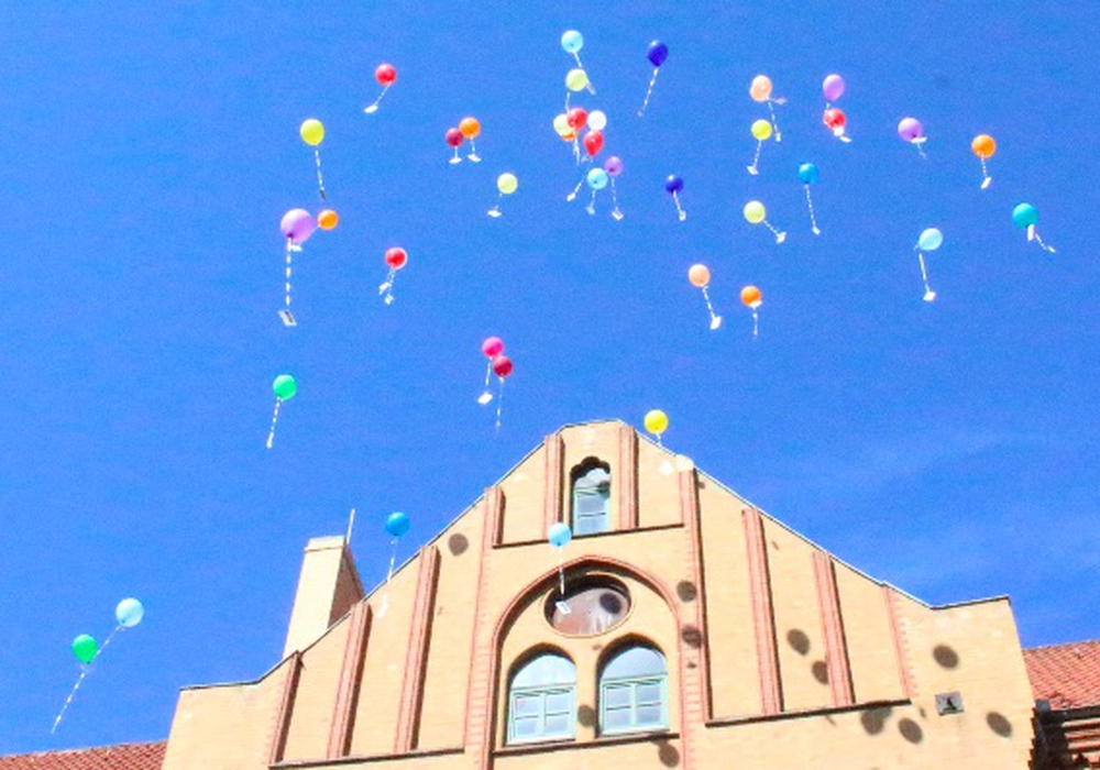 Über 40 Luftballons steigen in den blauen Himmel. Fotos: Max Förster