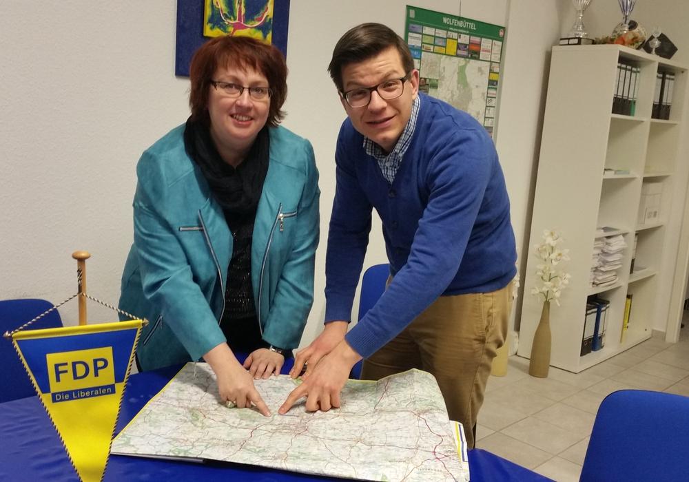 Bettina Otte-Kotulla, Kreistagskandidatin Samtgemeinde Sickte, und Björn Försterling MdL, zeigen auf der Landkarte auf potenzielle Schulstandorte. Foto: Privat