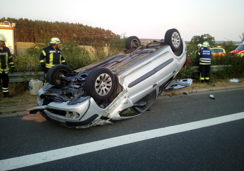 Das verunfallte Auto rutschte bei dem Unfall etliche Meter auf dem Dach. Foto: Gemeindefeuerwehr Lehre