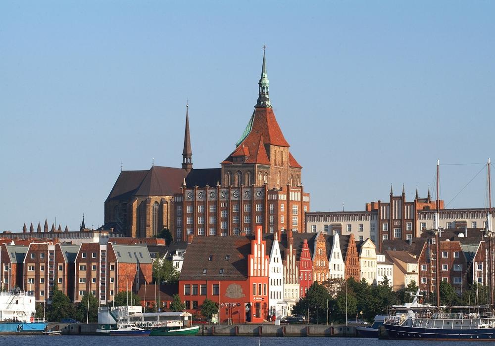 Das Stadtmarketing bietet eine Tagesfahrt mit dem Vier-Sterne-Fernreisebus zum Hansetag nach Rostock an, bei der die Teilnehmerinnen und Teilnehmer ein buntes Fest rund um die Sehenswürdigkeiten wie die Petrikirche (siehe Bild), den Hafen oder den Alten Markt erleben. Foto: Nordlicht