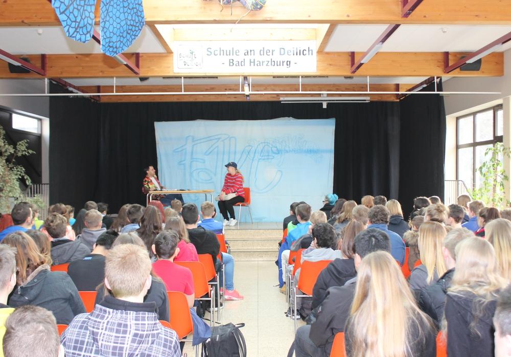 """Rund 150 Schüler der siebten und achten Klassen der Oberschule Deillich schauten sich das Stück """"FAKE"""" oder """"War doch nur Spaß"""" an. Fotos: Anke Donner"""