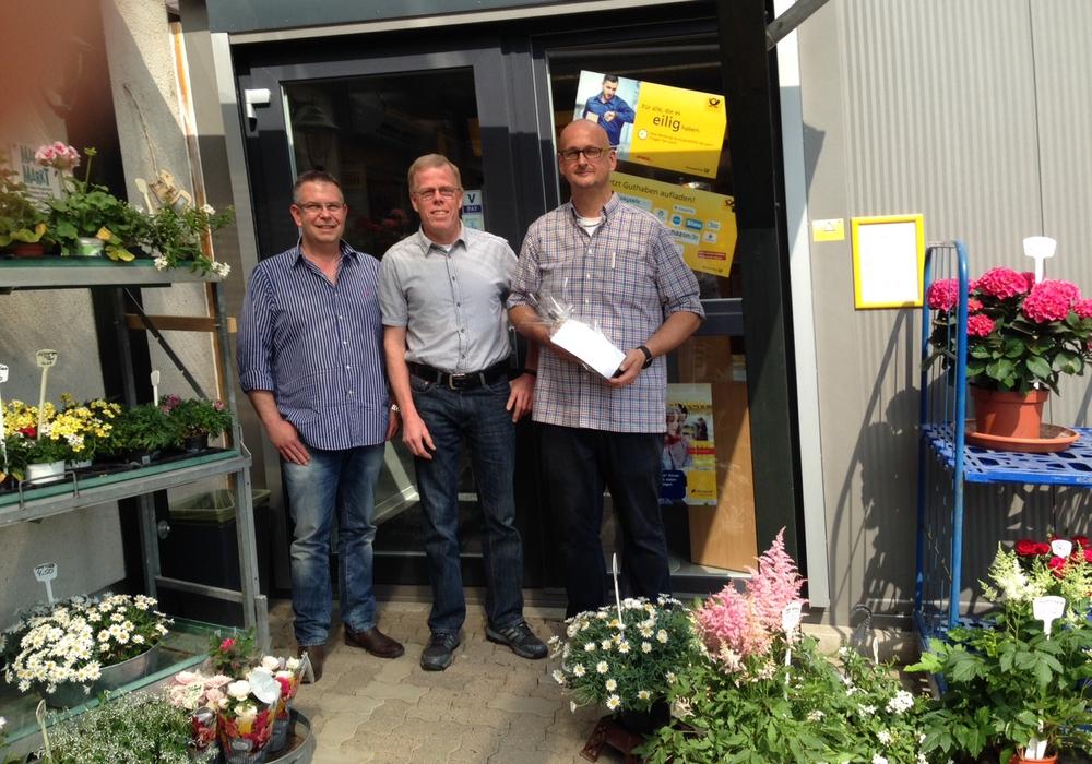 Dirk Krüger und Peter Emmerich vom CDU-Ortsverband Fümmelse mit Betriebsleiter von Marc's Markt, Jens Vietgen-Angerstein. Foto: CDU Fümmelse