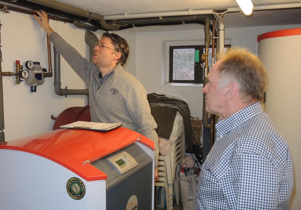 Energieberater Martin Leifhelm erklärt vor Ort, an welchen Rohren noch Dämmung nachgerüstet werden sollte. Foto: Landkreis