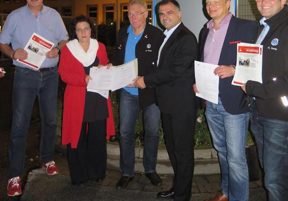 Die unterzeichnenden Abgeordneten bei der Übergabe des Briefs an Uwe Fritsch, Betriebsratschef des Volkswagenwerks Braunschweig, und seinen Stellvertreter Matthias Möreke. Foto: SPD Braunschweig