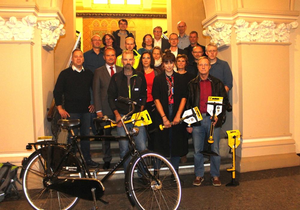 Oberbürgermeister Ulrich Markurth (vorne, 2. v. li.) ehrte die erfolgreichsten Teilnehmer beim Stadtradeln. Fotos: Alexander Dontscheff