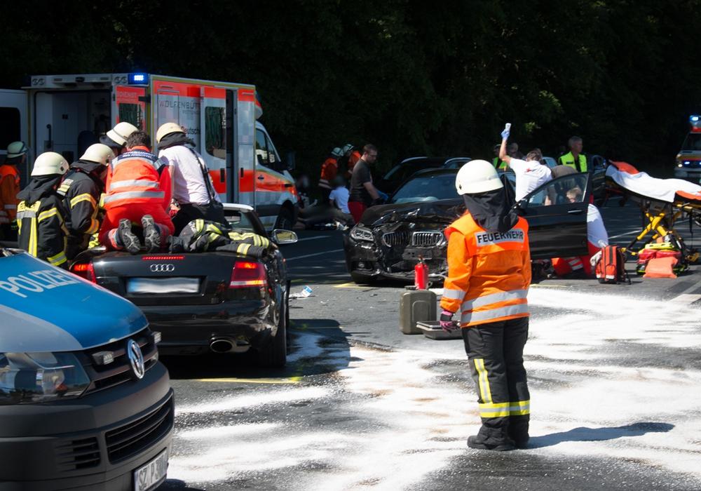 Zwei Autos sind ineinander gefahren. Dabei wurden fünf Personen verletzt, davon zwei Kinder. Foto: Werner Heise