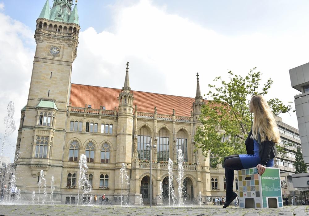 Mobile Sitzhocker ermöglichen den Besucherinnen und Besuchern der Innenstadt bei der Aktion meinlieblingsplatz, ihre Lieblingsplätze in der Löwenstadt zu genießen und neue zu entdecken. Foto: Braunschweig Stadtmarketing GmbH
