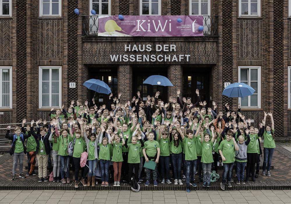 Gruppenbild der KiWi-Nachwuchswissenschaftler vor dem Haus der Wissenschaft Braunschweig. Fotos: Haus der Wissenschaft Braunschweig/Florian Koch