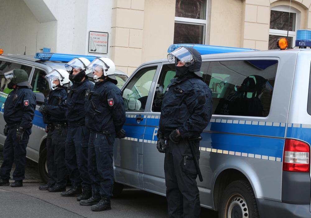 Braunschweiger Polizeibeamte sollen auf einer Demo in Göttingen brutal gegen einen Demonstranten vorgegangen sein. Symbolbild: Robert Braumann