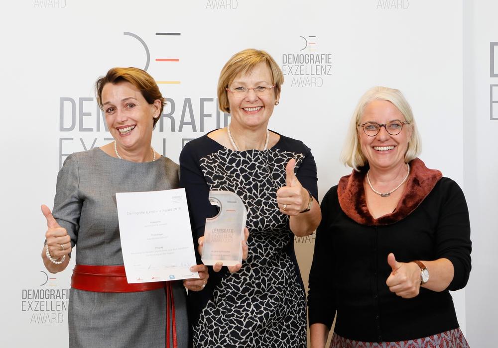 Dr. Monika Kuba, Christine Gehrmann und Ulla Evers bei der Preisverleihung. Foto: Demografie Exzellenz e.V./Landkreis Gifhorn