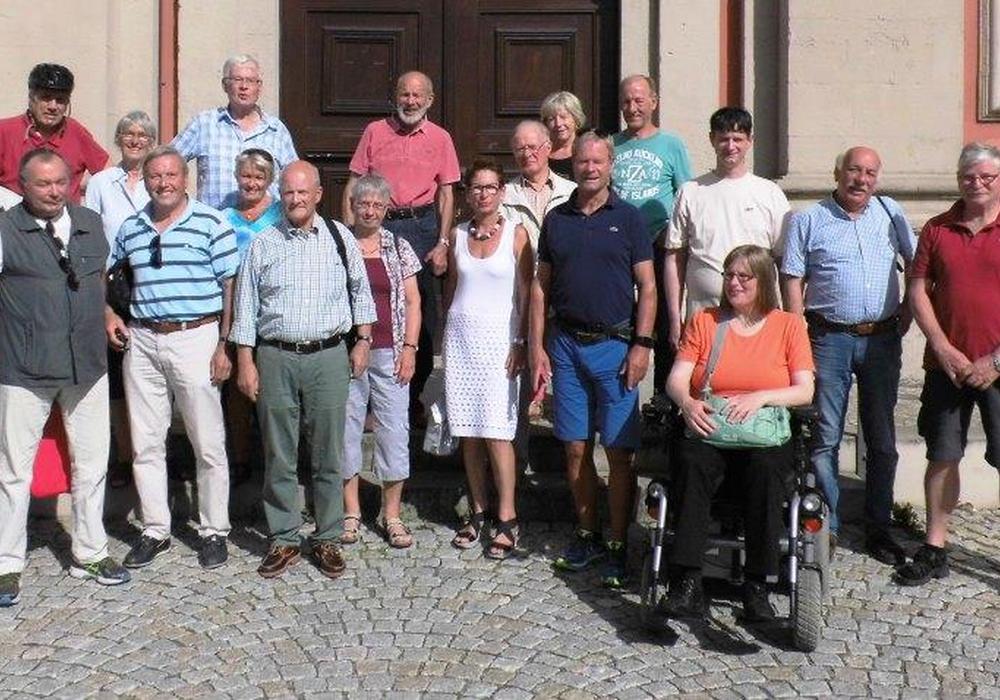 Zum Auftakt des Rundgangs versammelte sich die Gruppe vor der Trinitatiskirche. Bernd Kahnert (4. v. l. vordere Reihe) gestaltete die Führung. Foto: Privat