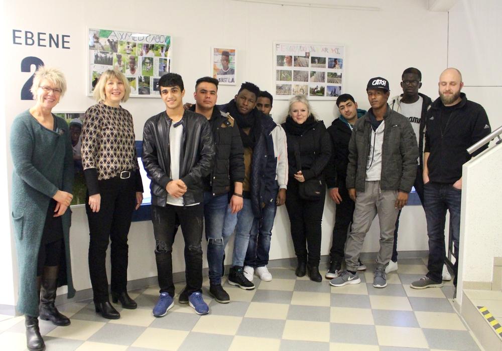 Jugendamtsleiterin Sabine Walter (2. v. li.) mit den beteiligten Jugendlichen und den Mitarbeiterinnen und Mitarbeitern des Jugendhilfeverein Wolfenbüttel. Fotos: Alexander Dontscheff