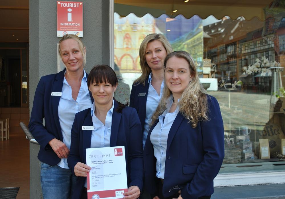 Mitarbeiterinnen der Tourist-Information Goslar präsentieren das Zertifikat des DTV. Foto: Goslar Marketing GmbH