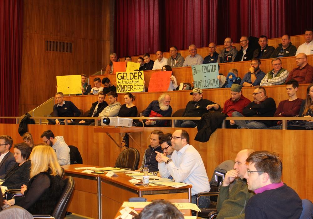 Jugendliche nutzen die Ausschusssitzung um ihre Meinung zur geplanten Schließung des Freizeitzentrums Detmerode kundzutun. Foto: Eva Sorembik