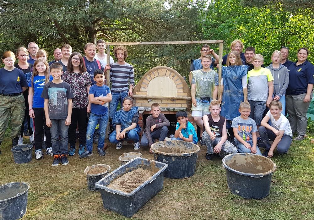 Gemeinsam wurde der Backofen gebaut. Fotos: Jugendfeuerwehr Burgdorf
