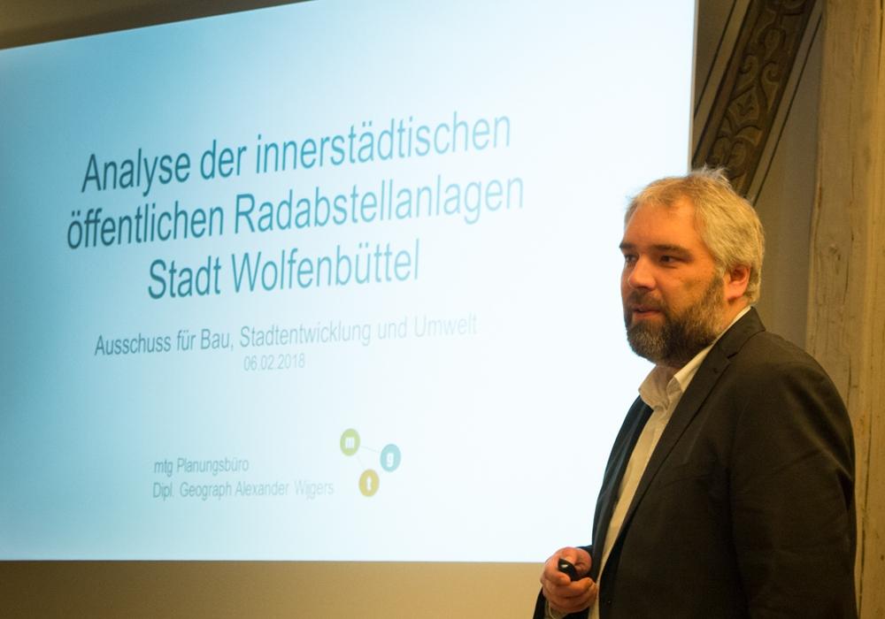 Alexander Wijgers vom mtg-Planungsbüro aus Hannover stellte die Ergebnisse seiner Analyse im städtischen Bauausschuss vor. Fotos: Werner Heise