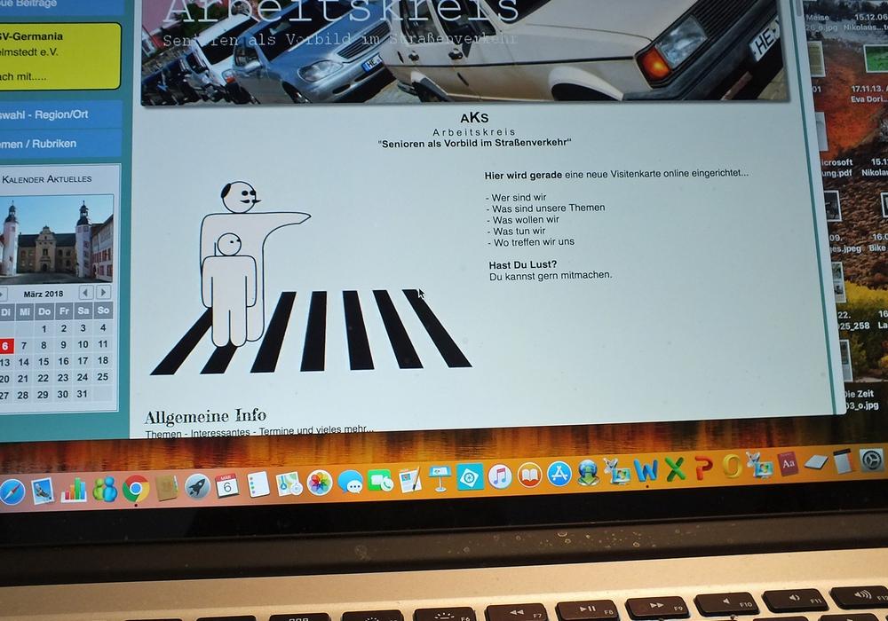 Die Senioren als Vorbild im Straßenverkehr beschäftigten sich mit dem Handling von Computerprogrammen. Auf einer Visitenkarte können aktuelle Berichte abgelegt werden. Foto: Achim Klaffehn