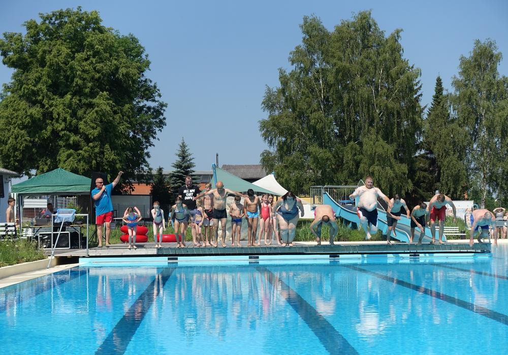 Strahlender Sonnenschein lockte 300 Besucher zur Eröffnung des Grasleber Freibades. Foto: Samtgemeinde Grasleben
