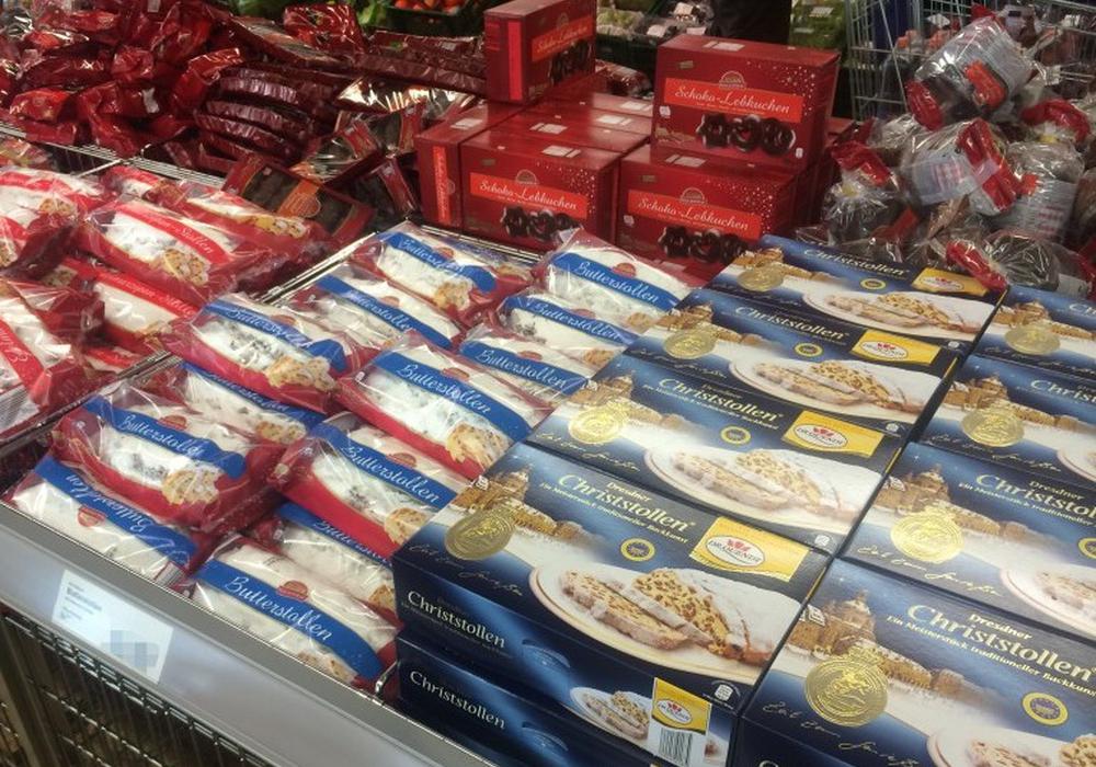 Kaum zu fassen. Während noch sommerliche Temperaturen herrschen, werden Ende August schon die Weihnachtsartikel verkauft. Foto: Thorsten Raedlein