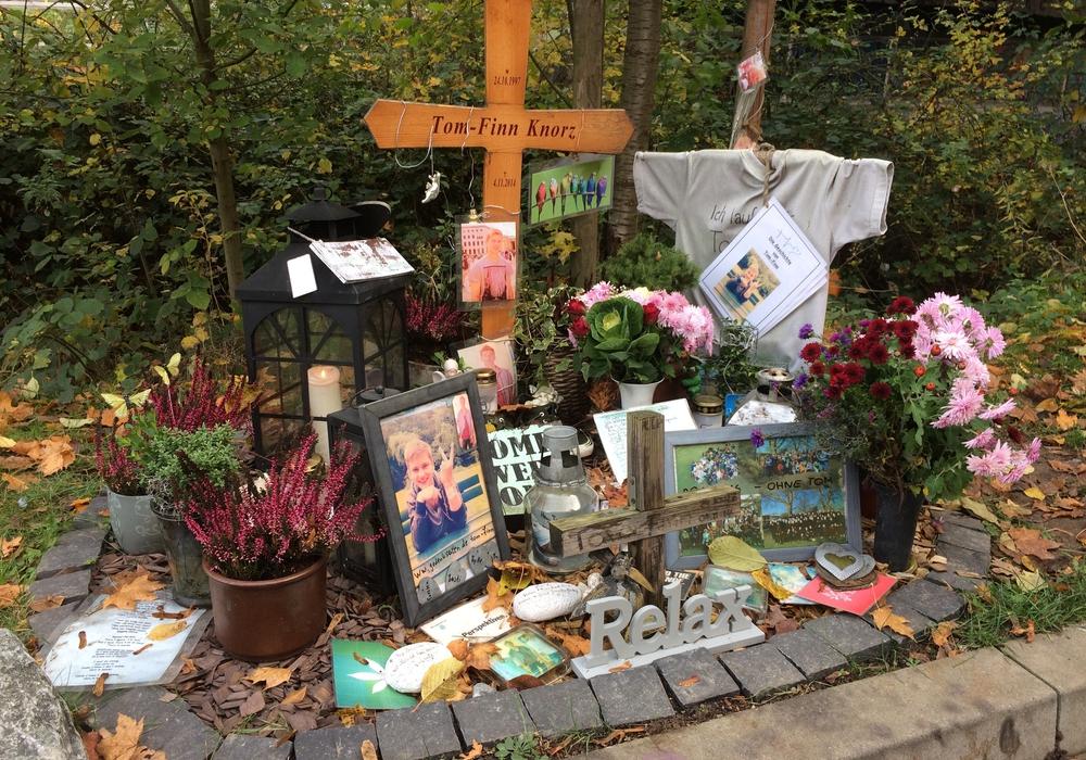 Ein Ort der Trauer und des Gedenkens. Angehörige und Freunde pflegen seit dem schrecklichen Unglück eine Gedenkstelle am Unfallort. Kerzenlichter wurden entzündet. Fotos/Grafik: Werner Heise