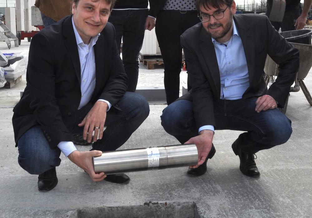 Bei der Grundsteinlegung: Die C&S-Geschäfstführer Frank Fischer (hockend, links) und David Bollati freuen sich über den Baubeginn. Foto: C&S-Group