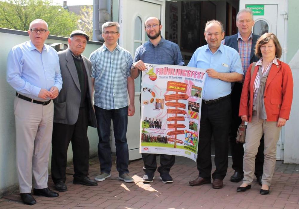 Am Gespräch in der Moschee nahmen teil: (v. l.) Andreas Meißler, Ilinder Ugurlu, Ender Uluglu, Mehmet Simsek, Abdulvahap User, Frank Oesterhelweg und Heike Kanter. Foto: CDU