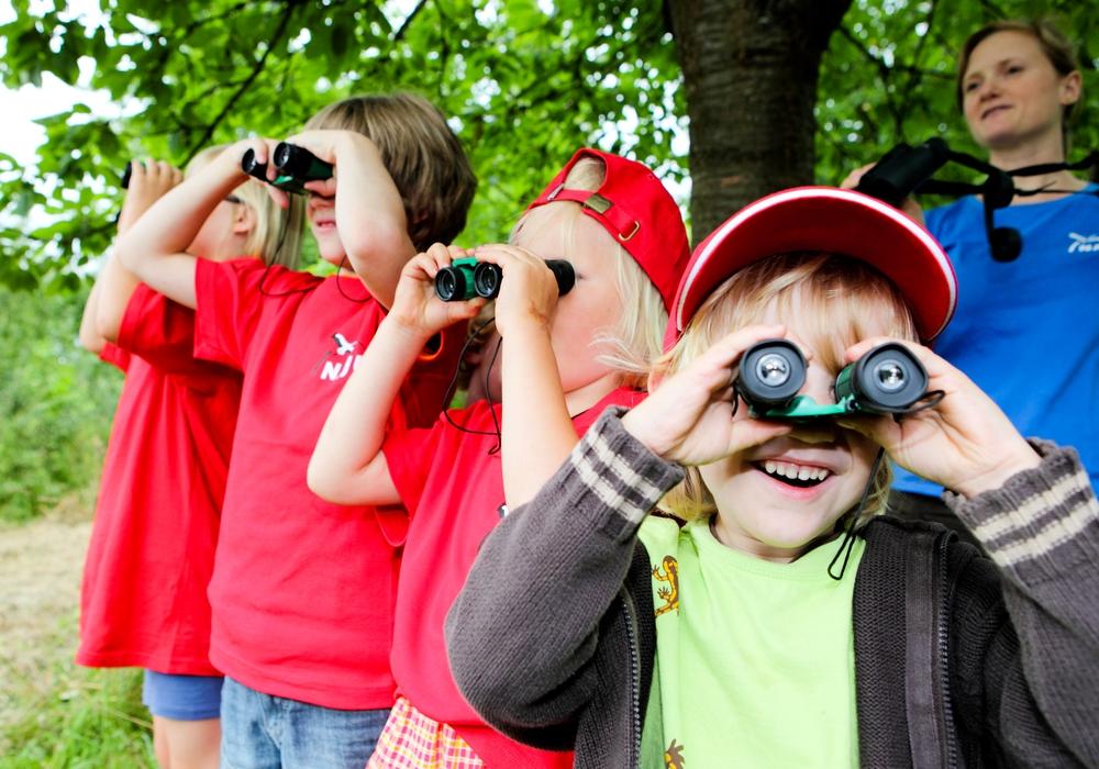 Kindergruppe beobachtet Vögel. Foto: NABU; F. Fender