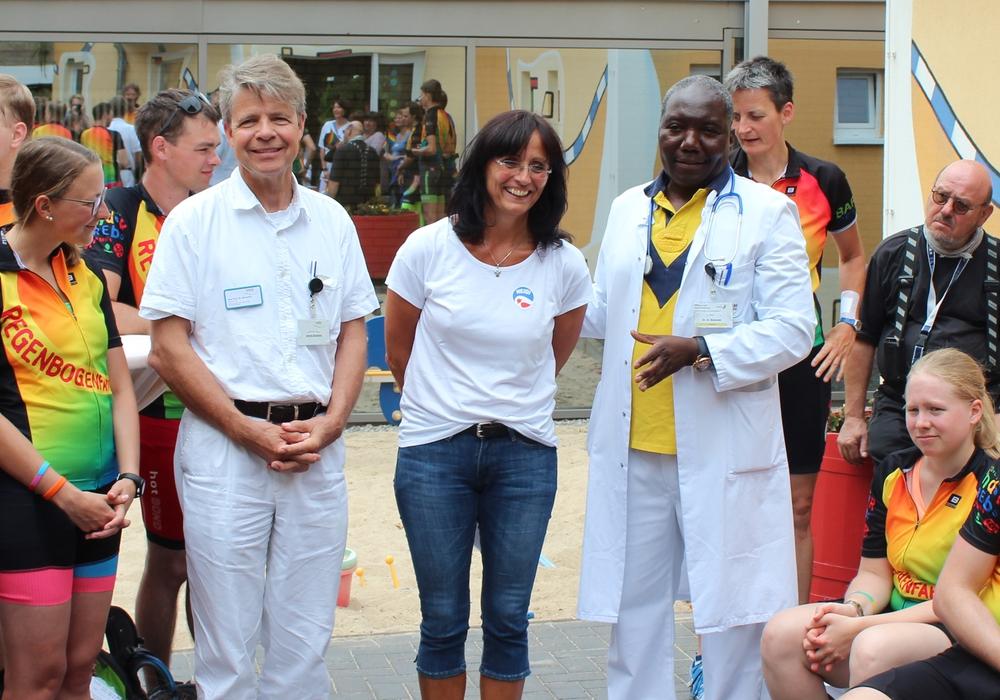 Prof. Gernot Sinnecker (Chefarzt der Kinderklinik), Gudrun Albertz (1. Vorsitzende des Heidi Fördervereins e.V.) und Dr. Sally Mukodzi (Oberarzt der Kinderklinik) begrüßen die Radfahrer in der Villa Bunterkund. Foto: Klinikum Wolfsburg