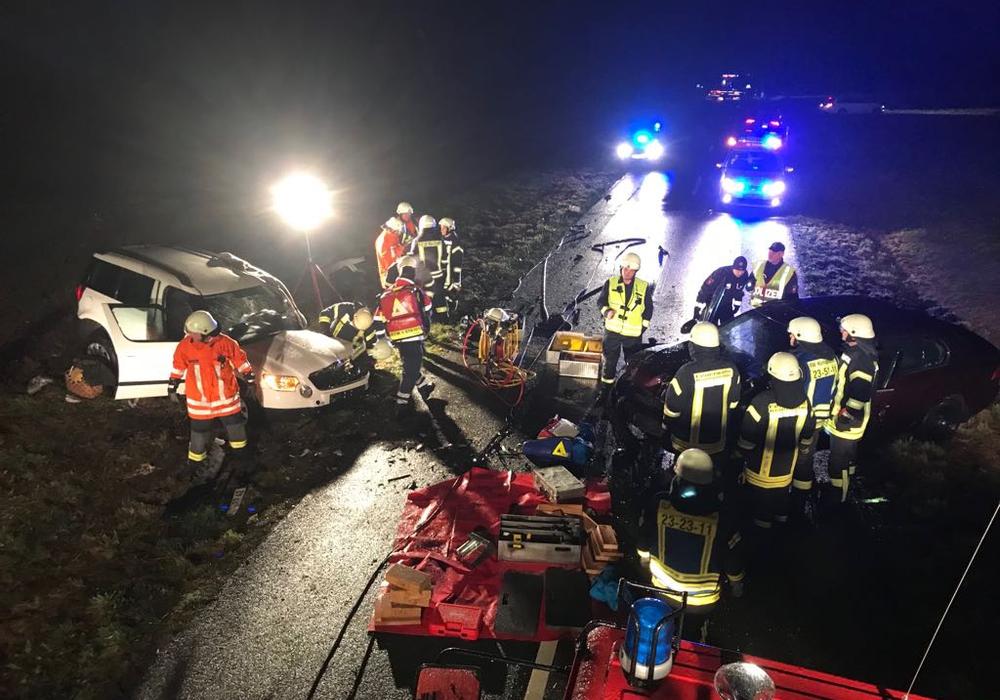 Die Feuerwehr musste die Unfallopfer aus den Fahrzeugen retten. Foto: Feuerwehr