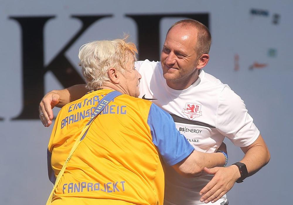 Alle lieben Christel. Ein Tänzchen mit Trainer Lieberknecht. Foto: Agentur Hübner
