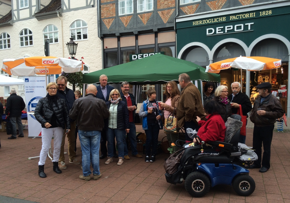 Frank Oesterhelweg bedankte sich am Samstag in der Wolfenbütteler Innenstadt bei seinen Unterstützern. Foto: CDU