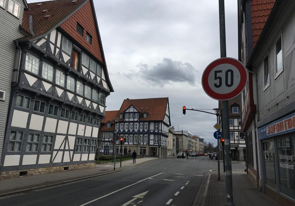 """Streckenverbote wie """"Tempo 50"""" gelten innerorts wie außerorts auch über Kreuzungen hinweg. Foto: Alexander Dontscheff"""