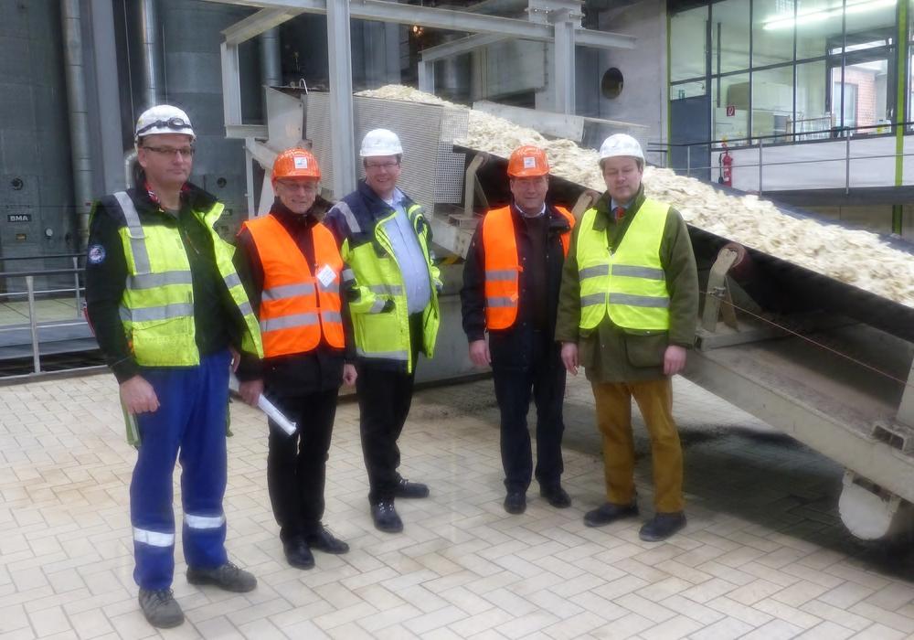 Ralf Koppe (Betriebsrat), Bernward Köbbel (CDU-Vorsitzender Schladen), Dr. Jörg Vietmeier (Werkleiter), Uwe Lagosky MdB, Alexander Sick (Public Affairs Nordzucker Group). Foto: Privat