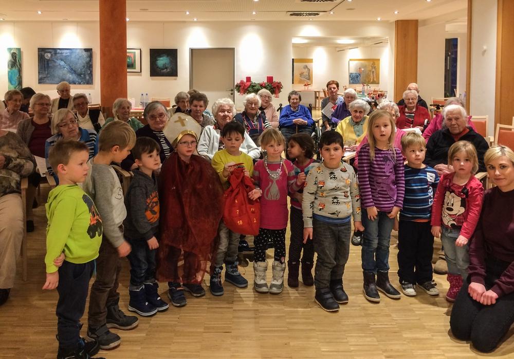 Im Spittaheim: Dieser kleine Nikolaus heißt in Wirklichkeit Henri. Foto: Kirchenkreis Peine