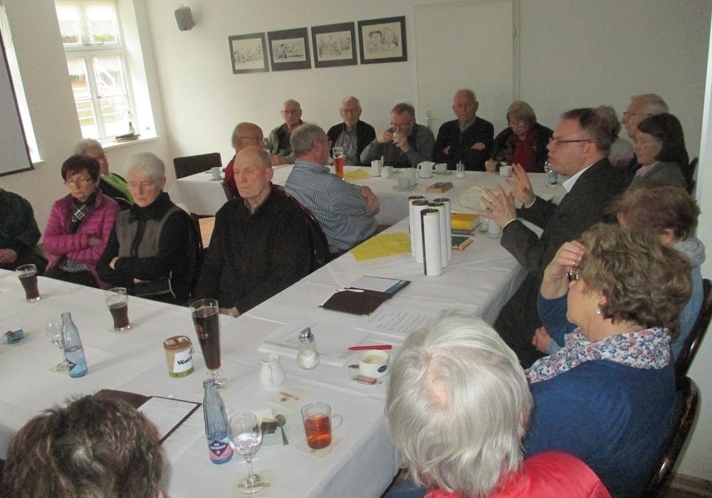 Janis Berzins (mitte rechts), Islambeauftragter der Landeskirche, informiert  die CDU-Senioren.  Davor die fünf Säulen, die Aufforderung zum Handeln. Foto: Privat