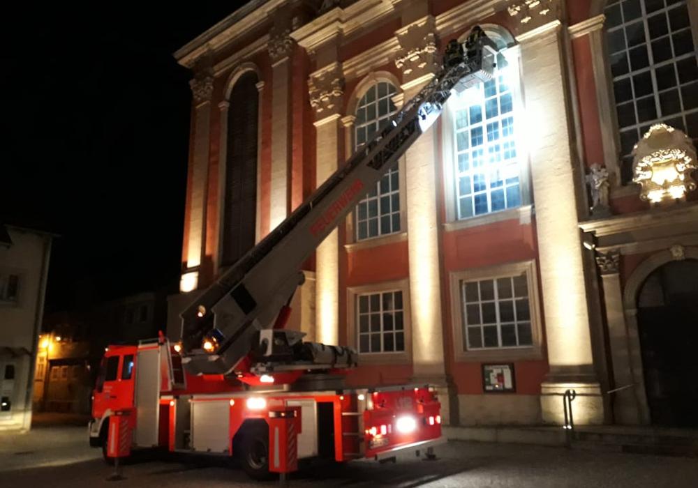 Mit Hilfe der Drehleiter erreichten die Feuerwehrleute die Taube. Foto: Stadtfeuerwehr Wolfenbüttel