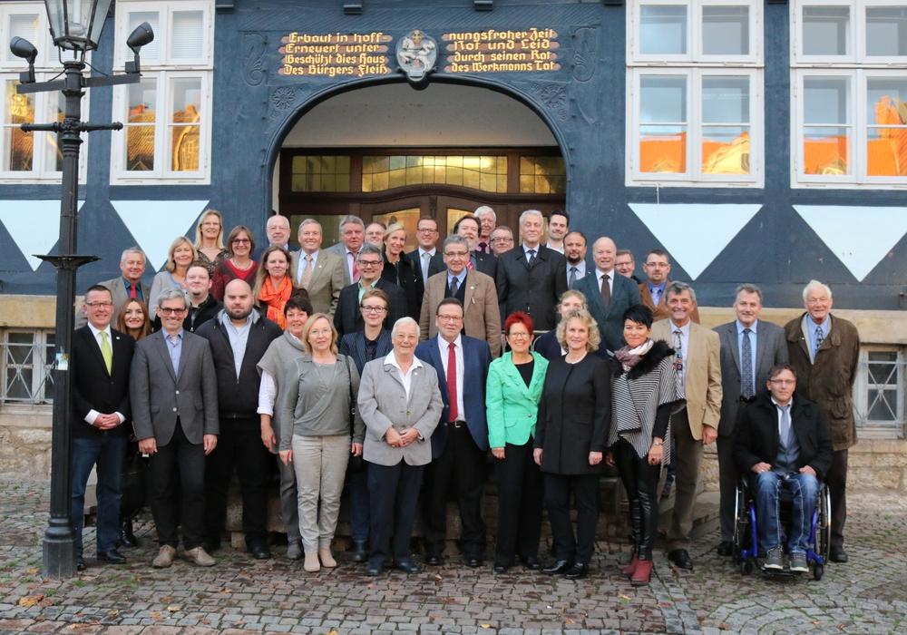 Vor Sitzungsbeginn kam der neue Rat der Stadt Wolfenbüttel für ein Gruppenfoto zusammen. Es fehlen Reiner Strobach (Grüne) sowie Maximilian Pink und Holger Bormann (beide CDU) Fotos/Grafik: Werner Heise