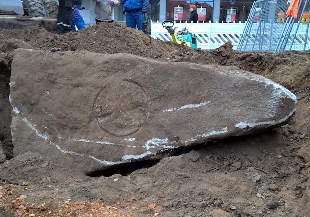 Der Kaiserstein wurde bei Bauarbeiten an der Reichsstraße gefunden. Doch die ihn einst zierende Bronzeplatte fehlt. Erkennbar ist nur deren Abdruck. Foto: Stadt Wolfenbüttel