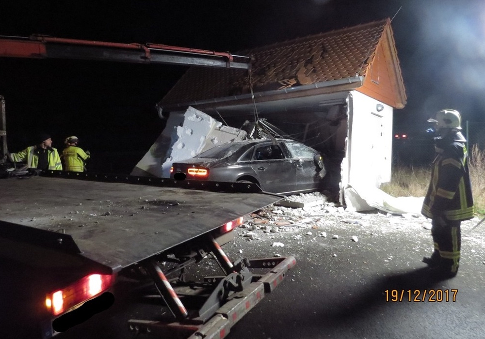 Die Flucht des Fahrers endete in einem Schalthäuschen. Fotos: Polizeidirektion Sachsen-Anhalt Nord