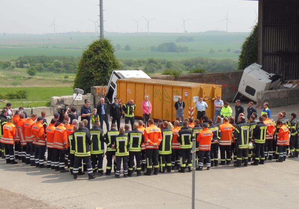 """Am heutigen Pfingstmontag wird auf dem Sender DMAX eine Folge der Dokumentation """"A2-Abenteuer Autobahn"""". In der Folge wird auch eine Einsatzübung der Wehren aus den Landkreisen Wolfenbüttel und Peine gezeigt. Foto: Presseteam FF SG Oderwald/Felix Kunze"""