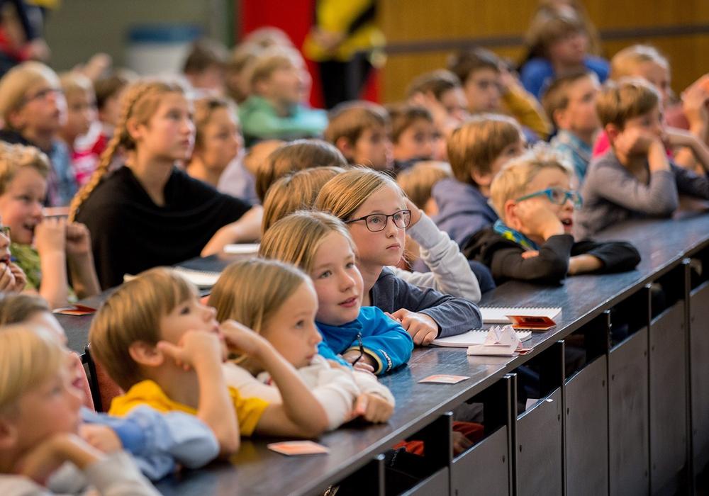Die Kinder-Uni wird für Kinder im Alter von acht bis zwölf Jahren angeboten. Bildnachweis: Jonas Vogel/TU Braunschweig