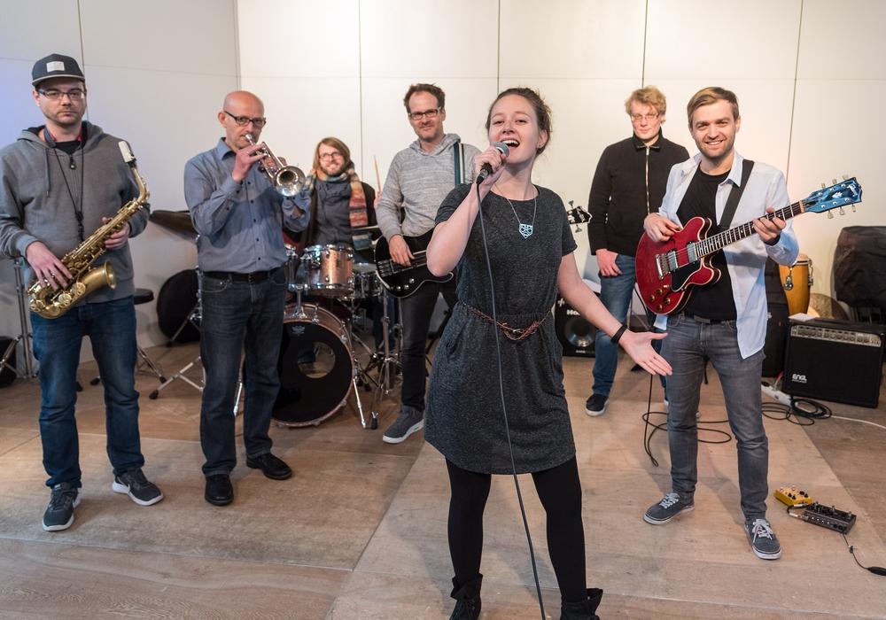Die Lehrerband der Musikschule präsentierte Songs unter anderem von Adele und Amy Winehouse. Foto: Helge Landmann