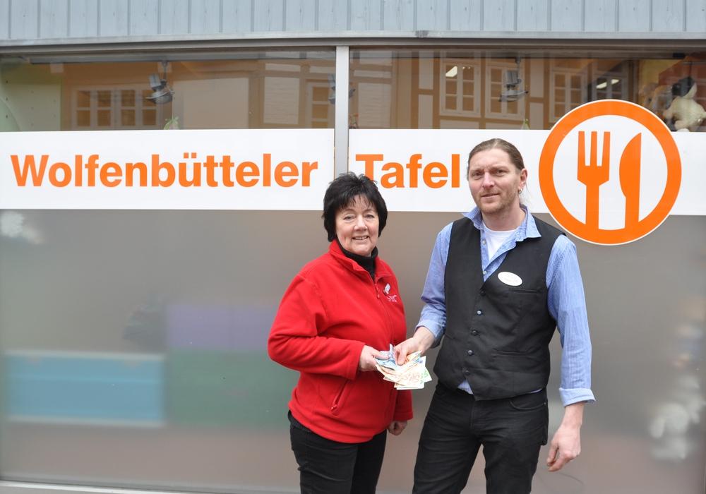 Barrique-Inhaber Jörn Zeisbrich (rechts) übergibt DRK-Tafel-Leiterin Juliane Liersch eine Spende. Foto: DRK