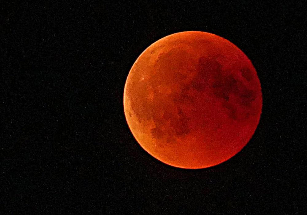 Der Mond zeigte sich am Freitagabend in einem satten Rot. Foto: Alexander Panknin