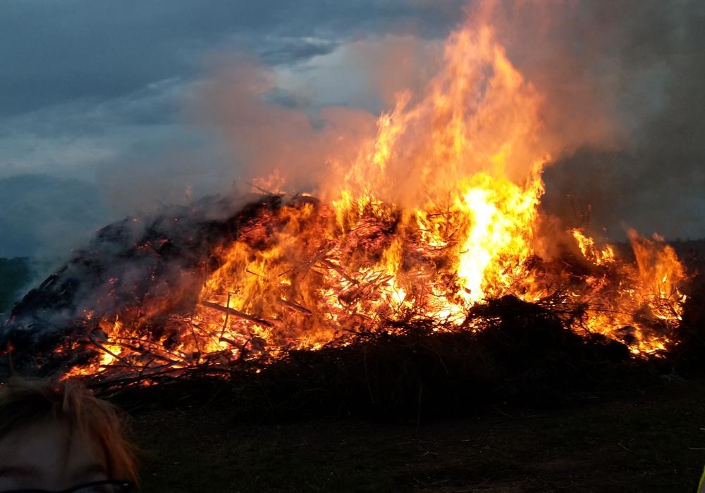 Das Osterfeuer kurz nach dem Anzünden. Foto: FFW Dettum