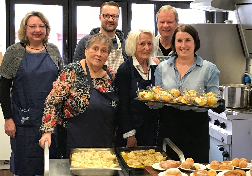 Catja Croneberg, Sigrid Berkau, Michael Bayer, Marianne Effe, Jürgen Braun, Steffi Bayer kochten in der Suppenküche. Foto: Braun