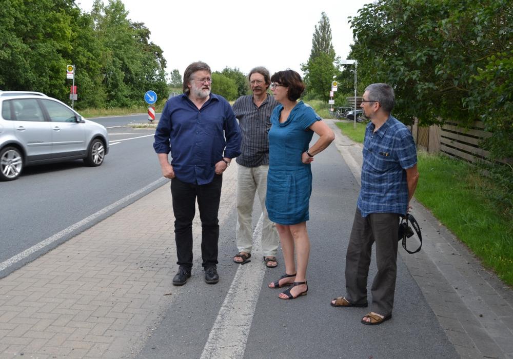 Vertreter der Cremlinger Grünen (v.l.) Jochen Fuder, Christian Rothe-Auschra und Diethelm Krause-Hotopp zeigen Susanne Menge MdL die Situation in Klein Schöppenstedt. Foto: Privat